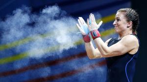 Anni Vuohijoki slår händerna ihop så att ett magnesiummoln yr runt.