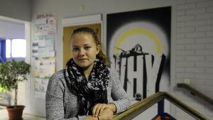 Josefin Isuls i Närpes högstadieskola, står vid trappa inne i skolan