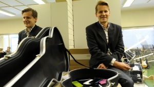 rektor peter lindqvist, oxhamns skola i jakobstad, sitter i klassrum bredvid gitarrfodral