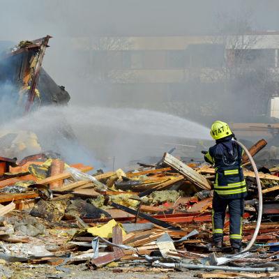 Brandman släcker brand i Korsnäståget i Vasa.