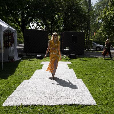 Muotinäytös Hesperian puistossa.