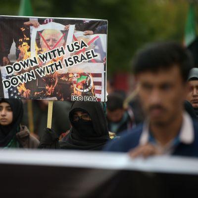 """""""Ner med USA, ner med Israel"""", skanderar demonstranter i Islamabad 3.1.2020"""