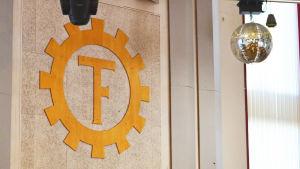 Teknologföreningens logo på en vägg