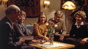 Alpon 60-vuotispäivä. Näyttelijä Erkki Pajala (roolinimi Alpo, syntymäpäiväsankari, perheen isä). Perheen lapset: Aune Wikman (roolinimi Anneli), Susanna Haavisto (roolinimi Marja) ja Tomi Räty (roolinimi Seppo). Näyttelijä Ritva Valkama (roolinimi Eila,