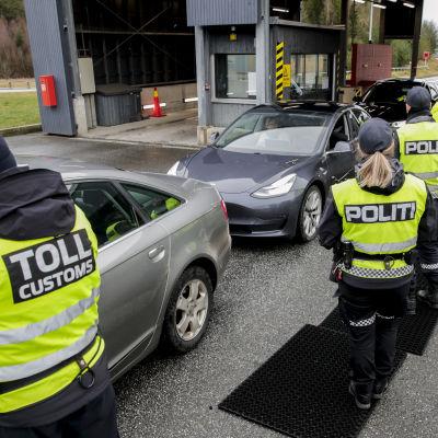 Norjan tullin työntekijöitä rajalle pysäytettyjen autojen lähellä.