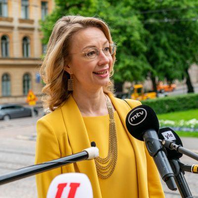Eurooppa- ja omistajaohjausministeri Tytti Tuppurainen Säätytalon portailla.