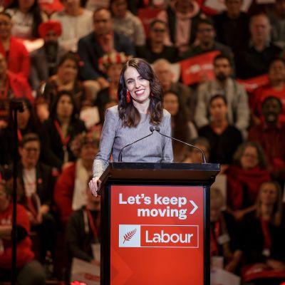 Premiärminister Jacinda Ardern är också tvungen att avbryta sin valkampanj på grund av nya utbrott. Arderns socialdemokratiska Arbetarparti förutspås vinna valet igen.