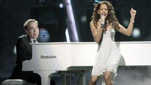 Jade Ewen laulaa ja Andrew Lloyd Webber soittaa pianoa vuoden 2009 Euroviisuissa, kun he edustivat Isoa-Britanniaa.