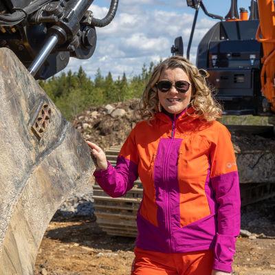 Kyyjärven kunnanjohtaja Tiina Pelkonen tutustuu tulevan tuulivoimapuiston työmaahan.