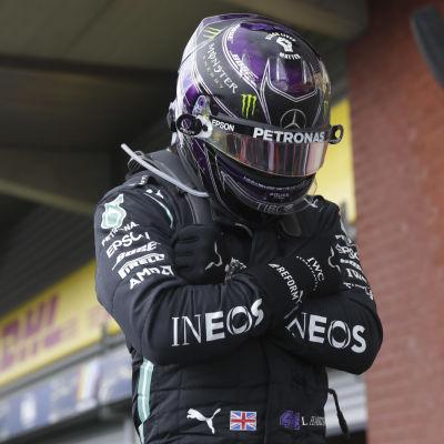 Lewis Hamilton poserar efter en seger.