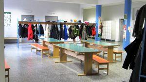 8-9 lk aula jossa on penkkejä ja pöytiä