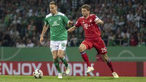Niklas Moisander och Thomas Müller kämpar