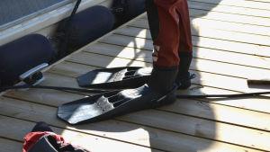 Stora fötter med svarta grodfötter på.