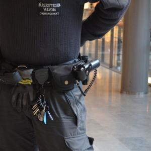 En ordningsvakt i ett köpcentrum.