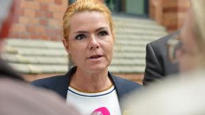 Danmarks utlännings- och integrationsminister Inger Støjberg firar asylskärpningar med tårta.