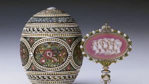 Ett Fabergéägg. Många experter anser att Alma Pihl formgav de finaste äggen. Mosiakägget har ett innovativt korststygnsmönster är visar upp utomordentligt handarbete.