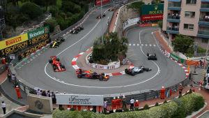 F1-bilar kör i en kurva i Monaco.