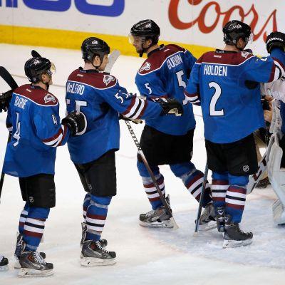 Målvakten Semjon Varlamov gratuleras av lagkamraterna.