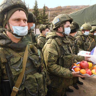 Venäläisiä rauhanturvaajia rivissä.
