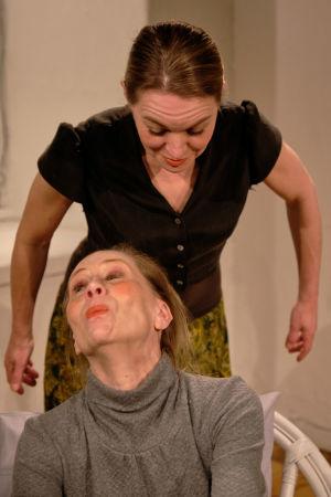 Kati Outinen eläytyy Helene Schjerfbeckin rujoon omakuvaan.