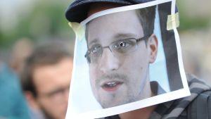 En aktivist bär en Edward Snowden-mask-