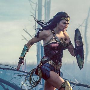 Diana jagar fram över slagfältet med svärd och sköld i högsta hugg.