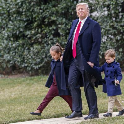 President Donald Trump tillbringar veckoslutet i sitt residens i Florida. Där har han angripit ex-president Barack Obama via Twitter både på lördag och söndag morgon.
