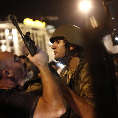 Turkisk polis griper turkiska soldater på Taksimtorget i Istanbul den 16 juli 2016 efter det misslyckade kuppförsöket.