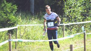 Mikael fabritius springer mot mål.
