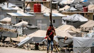 En man promenerar i lägret al-Hol 2.6.2019