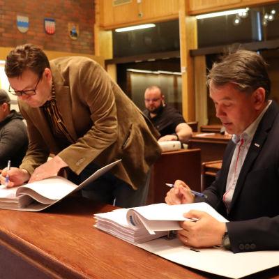 Urakkasopimusta allekirjoittamassa Hannu Rajamäki Peab Oy (pääurakoitsija) ja Kuortaneen kunnan tekninen johtaja Martti Ranta.