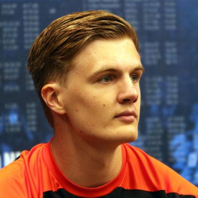 Oliver Helander på en presskonferens i Åbo.
