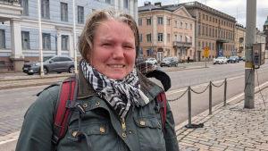 Anniina Kalliomäki står i snålblåsten vid Salutorget och väntar på en spårvagn.