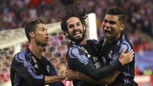 Cristiano Ronaldo, Isco och Casemiro firar mål för Real Madrid.