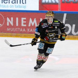 Ville Leskinen på isen under en hemmamatch för Kärpät.
