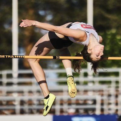 Ella Junnila hoppar över ribban med klar marginal.
