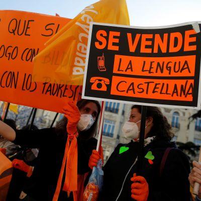 """""""Myytävänä: espanjan kieli"""" luki viime torstaina parlamentin edustalla mieltään osoittaneiden kyltissä."""