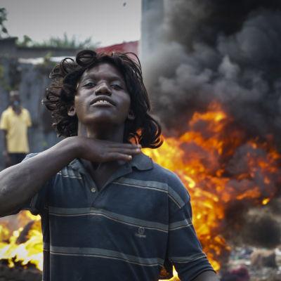 Demonstrant framför brinnande barrikader i Bujumbura i Burundi