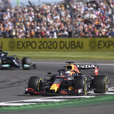 Max Verstappen lämnade Lewis Hamilton bakom sig i sprinttävlingen.