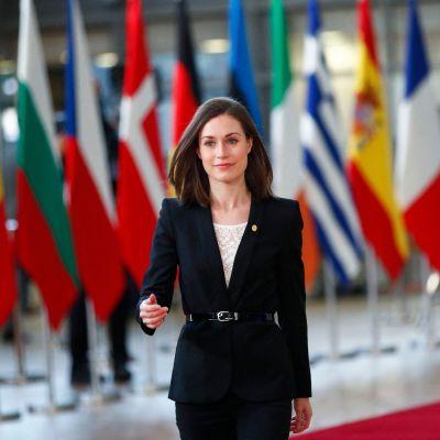 Pääministeri Sanna Marin saapuu EU:n huippukokoukseen Brysselissä.