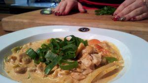 Jasmin Michaelan curry-kana-kookoskeitto Voita & Sokeria -sarjassa.