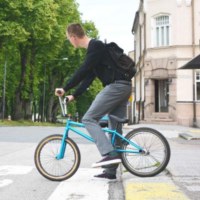 Collage på en person som cyklar och ett grönt trafikljus.