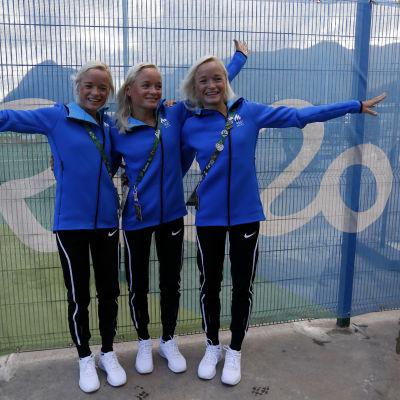Tre maratonlöpande trillingsystrar poserar under OS i Rio.