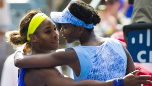 Venus Williams kramar sin lillasyster Serena Williams.