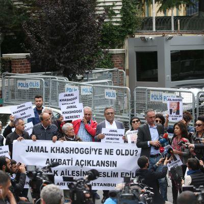 Misstankarna om att journalisten Jamal Khashoggi mördades i konsulatet i Istanbul ha utlöst protester världen över. Här protesterar turkiska mänskorättsaktivister utanför konsulatet