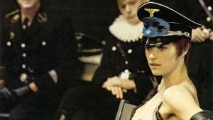 Charlotte Rampling koppalakissa elokuvassa Yöportieeri