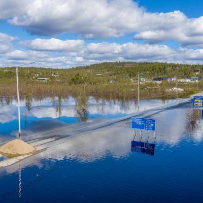 Tulvaveden katkaisema tie Enontekiön Karesuvannossa.