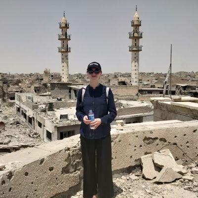 Mariette Hägglund i Mosul, Irak. I bakgrunden syns hus i ruiner.