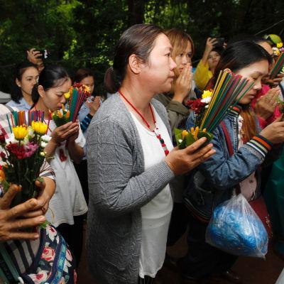 Personer med blommor i händerna.