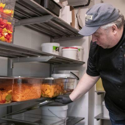 Janne Pekkala tarkistaa hävikkiruuasta valmistettuja salaattiaineksia.